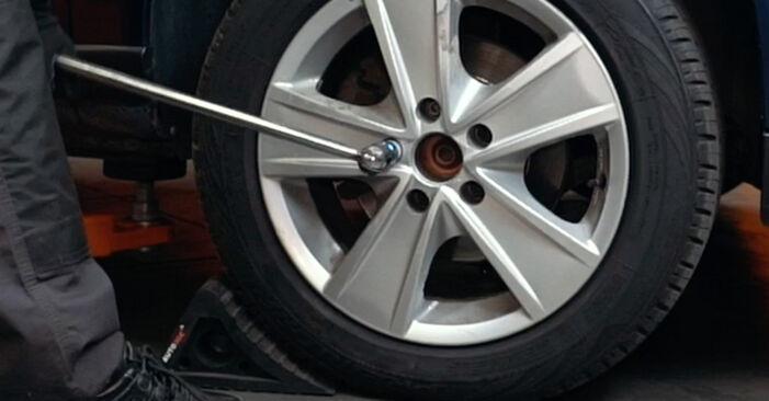 Wie Bremsscheiben AUDI A4 Limousine (8D2, B5) 1.9 TDI 1995 austauschen - Schrittweise Handbücher und Videoanleitungen