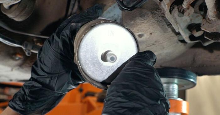 Austauschen Anleitung Kraftstofffilter am Audi A4 B5 1996 1.6 selbst