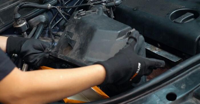 Wie schwer ist es, selbst zu reparieren: Luftfilter Audi A4 B5 S4 2.7 quattro 2000 Tausch - Downloaden Sie sich illustrierte Anleitungen