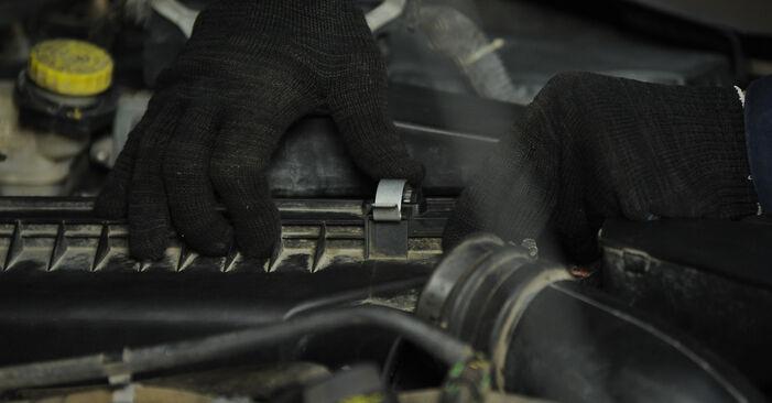 DODGE CALIBER 1.8 Luftfilter ausbauen: Anweisungen und Video-Tutorials online