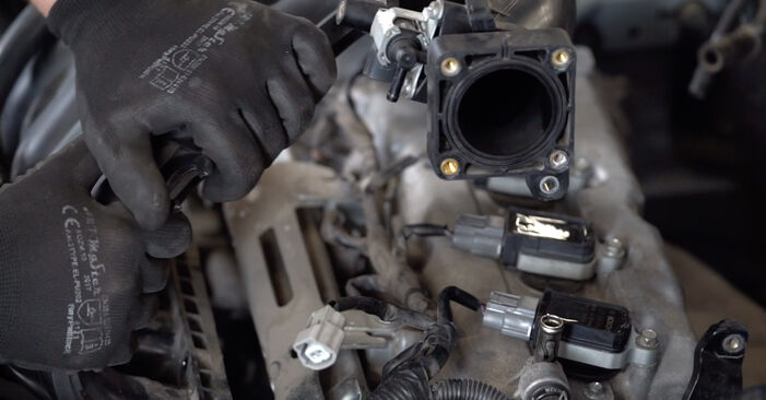 Wie schwer ist es, selbst zu reparieren: Zündspule Nissan Qashqai j10 2.0 Allrad 2012 Tausch - Downloaden Sie sich illustrierte Anleitungen