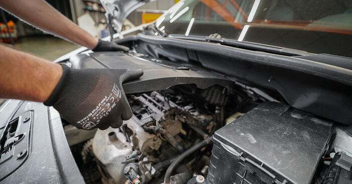 Tausch Tutorial Luftfilter am VW Caddy III Kombi (2KB, 2KJ, 2CB, 2CJ) 2004 wechselt - Tipps und Tricks