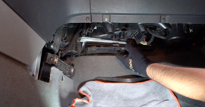 Wechseln Innenraumfilter am VW Caddy III Kombi (2KB, 2KJ, 2CB, 2CJ) 1.6 2007 selber