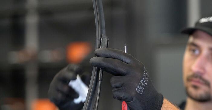 Hvordan bytte Vindusviskere på VW TOURAN (1T3) 1.4 TSI EcoFuel 2013 selv