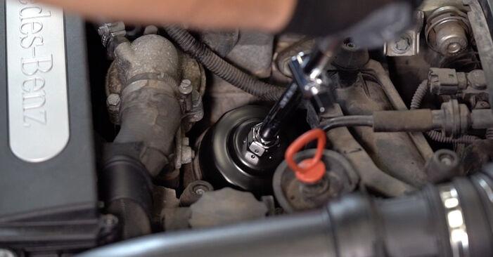 Wechseln Ölfilter am MERCEDES-BENZ C-Klasse Limousine (W203) C 200 CDI 2.2 (203.004) 2003 selber