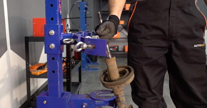 Wie schwer ist es, selbst zu reparieren: Stoßdämpfer Renault Kangoo KC 1.9 dTi 2003 Tausch - Downloaden Sie sich illustrierte Anleitungen