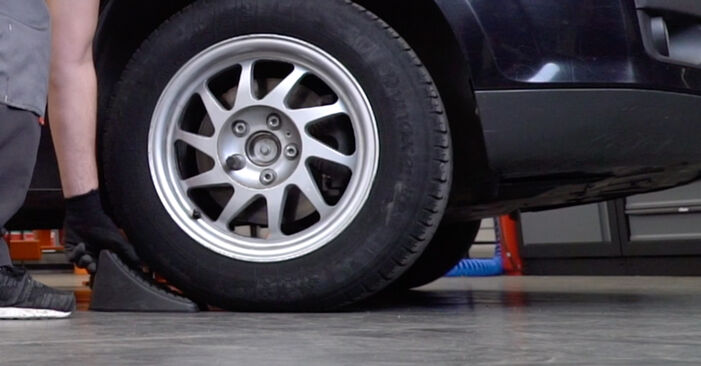 Kaip pakeisti Pasukimo trauklė la Ford Focus mk2 Sedanas 2003 - nemokamos PDF ir vaizdo pamokos