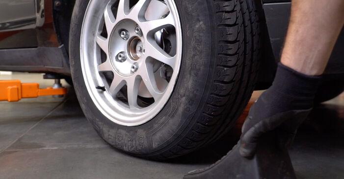 Ford Focus mk2 Sedanas 1.8 TDCi 2005 Pasukimo trauklė keitimas: nemokamos remonto instrukcijos