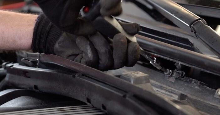 Tausch Tutorial Innenraumfilter am BMW 3 Cabrio (E46) 2004 wechselt - Tipps und Tricks