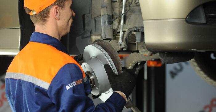 Zalecenia krok po kroku dotyczące samodzielnej wymiany BMW E90 2009 325i 2.5 Amortyzator