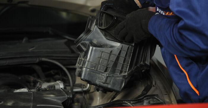 Hvordan bytte BMW 3 Sedan (E90) 318d 2.0 2010 Luftfilter selv – veiledning på nettet