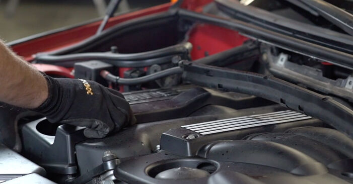 Austauschen Anleitung Zündkerzen am BMW e46 Cabrio 2002 330Ci 3.0 selbst