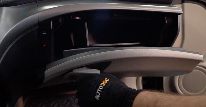 Wie Innenraumfilter Honda Accord VIII CU 2.0 i (CU1) 2008 tauschen - Kostenlose PDF- und Videoanleitungen