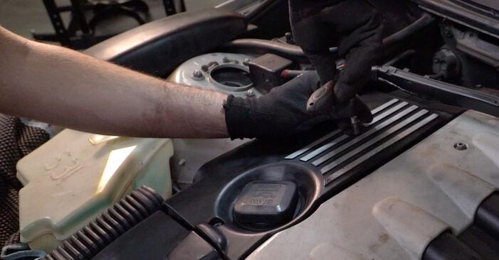 Wie schwer ist es, selbst zu reparieren: Luftfilter BMW E46 Touring 330xd 2.9 2005 Tausch - Downloaden Sie sich illustrierte Anleitungen