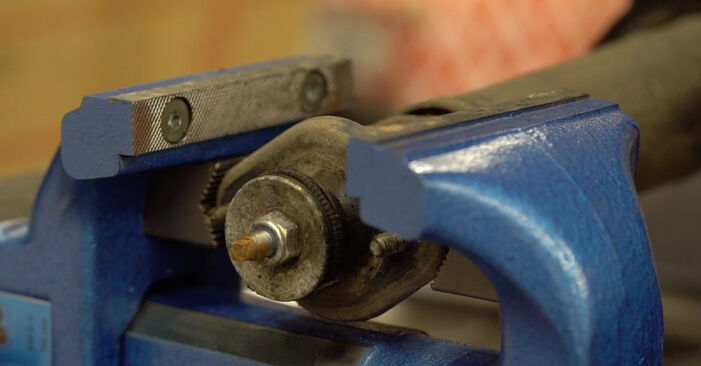 Kako zamenjati Blazilnik na BMW 3 Convertible (E46) 2000 - brezplačni PDF in video priročniki