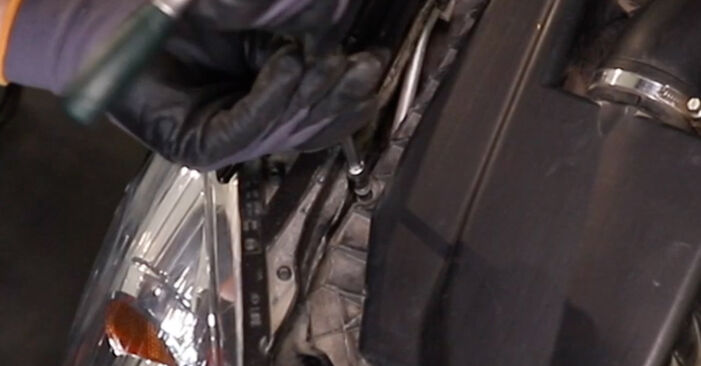 Смяна на Въздушен филтър на Opel Astra H Седан 2009 1.6 (L69) самостоятелно