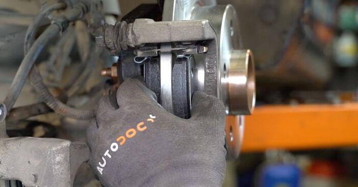 Austauschen Anleitung Bremsscheiben am Opel Astra H Limousine 2009 1.6 (L69) selbst