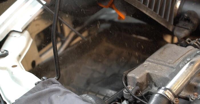 Wie schwer ist es, selbst zu reparieren: Luftfilter Peugeot 406 Limousine 2.2 HDi 2001 Tausch - Downloaden Sie sich illustrierte Anleitungen
