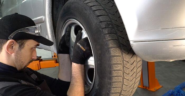 Schritt-für-Schritt-Anleitung zum selbstständigen Wechsel von Mercedes W638 Bus 2001 108 D 2.3 (638.164) Stoßdämpfer