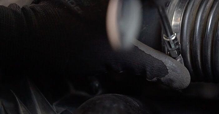 Luftfilter Mercedes W638 Bus 110 TD 2.3 (638.174) 1998 wechseln: Kostenlose Reparaturhandbücher
