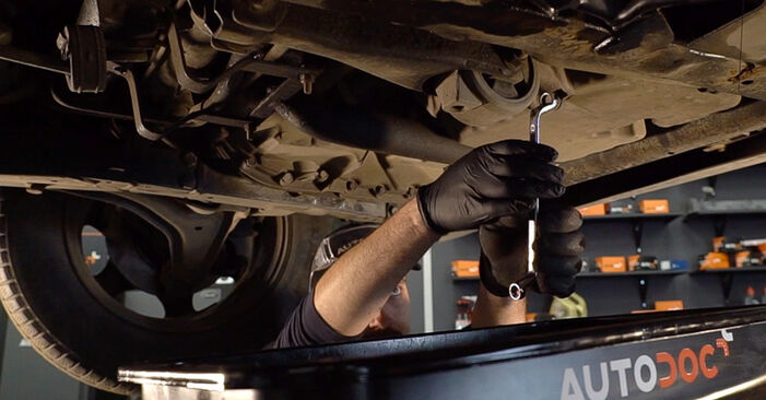 Ölfilter am MERCEDES-BENZ VITO Bus (638) 114 2.3 (638.134, 638.194) 2001 wechseln – Laden Sie sich PDF-Handbücher und Videoanleitungen herunter