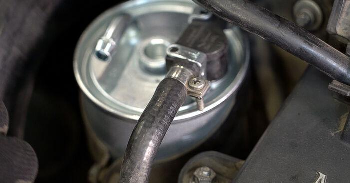 Смяна на Горивен филтър на Mercedes W638 Микробус 1998 112 CDI 2.2 (638.194) самостоятелно