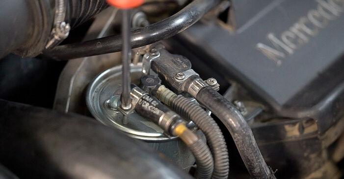 Смяна на Mercedes W638 Микробус 108 CDI 2.2 (638.194) 1998 Горивен филтър: безплатни наръчници за ремонт