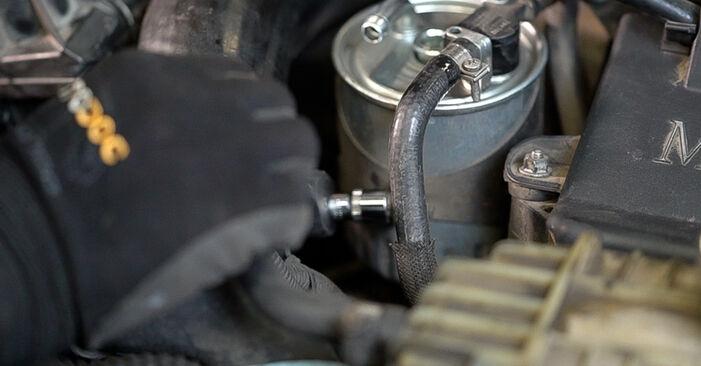 Не е трудно да го направим сами: смяна на Горивен филтър на Mercedes W638 Микробус 113 2.0 (638.114, 638.194) 2002 - свали илюстрирано ръководство