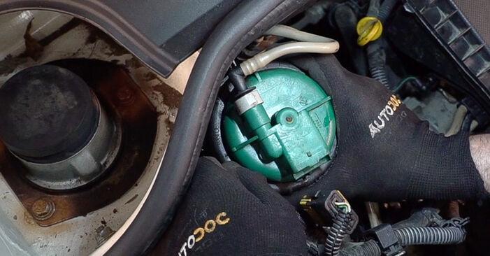 Austauschen Anleitung Kraftstofffilter am Fiat Doblo Cargo 2010 1.9 JTD selbst
