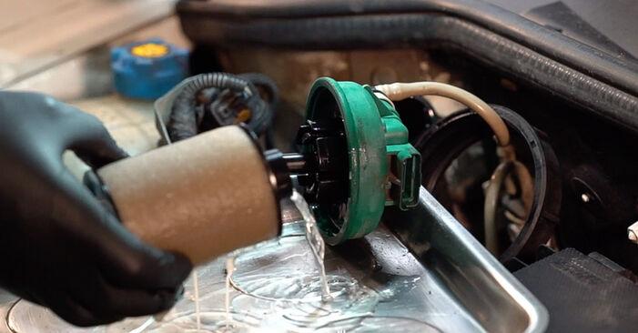 Wie schwer ist es, selbst zu reparieren: Kraftstofffilter Fiat Doblo Cargo 1.2 2006 Tausch - Downloaden Sie sich illustrierte Anleitungen