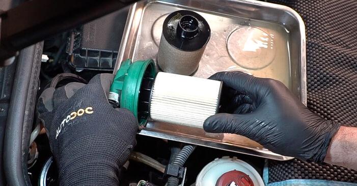 Kraftstofffilter beim FIAT DOBLO 1.3 JTD 16V Multijet 2007 selber erneuern - DIY-Manual