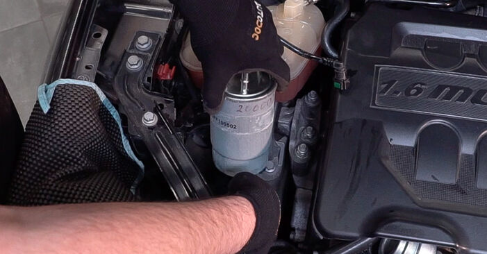Comment remplacer Filtre à Carburant sur FIAT BRAVO II (198) 2011 : téléchargez les manuels PDF et les instructions vidéo