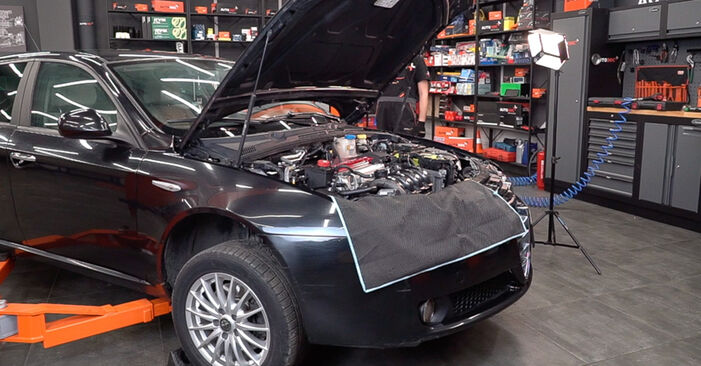 Jaké náročné to je, pokud to budete chtít udělat sami: Tlumic perovani výměna na autě Alfa Romeo 159 Sportwagon 1.8 TBi 2012 - stáhněte si ilustrovaný návod