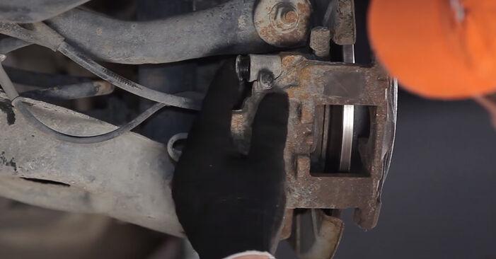 Wie schwer ist es, selbst zu reparieren: Bremsscheiben Peugeot 406 Limousine 2.2 HDi 2001 Tausch - Downloaden Sie sich illustrierte Anleitungen