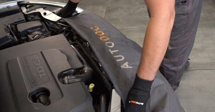 Wie Ansaugschlauch, Luftfilter FORD Focus II Limousine (DB_, FCH, DH) 1.8 TDCi 2006 austauschen - Schrittweise Handbücher und Videoanleitungen