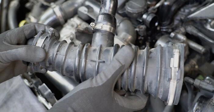 Wie schwer ist es, selbst zu reparieren: Ansaugschlauch, Luftfilter Ford Focus mk2 Limousine 1.4 2011 Tausch - Downloaden Sie sich illustrierte Anleitungen