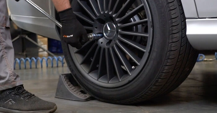 Wechseln Verschleißanzeige Bremsbeläge am MERCEDES-BENZ E-Klasse Limousine (W211) E 220 CDI 2.2 (211.008) 2005 selber