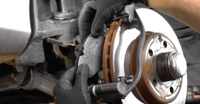 Schritt-für-Schritt-Anleitung zum selbstständigen Wechsel von Mercedes W211 2007 E 280 CDI 3.0 (211.020) Verschleißanzeige Bremsbeläge