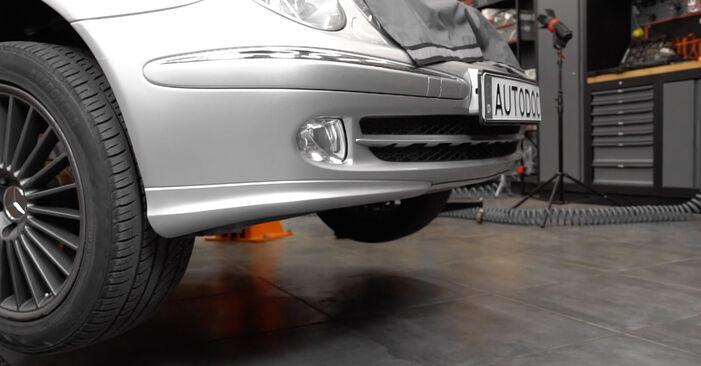 Verschleißanzeige Bremsbeläge am MERCEDES-BENZ E-Klasse Limousine (W211) E 200 CDI 2.2 (211.004) 2007 wechseln – Laden Sie sich PDF-Handbücher und Videoanleitungen herunter