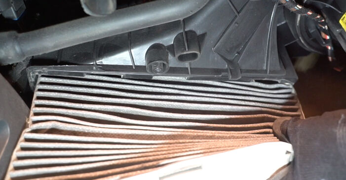 Wie VW GOLF 2.0 TDI 16V 2007 Innenraumfilter ausbauen - Einfach zu verstehende Anleitungen online