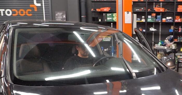 Jak wymienić VW Golf V Hatchback (1K1) 1.9 TDI 2004 Pióro wycieraczki - instrukcje krok po kroku i filmiki instruktażowe