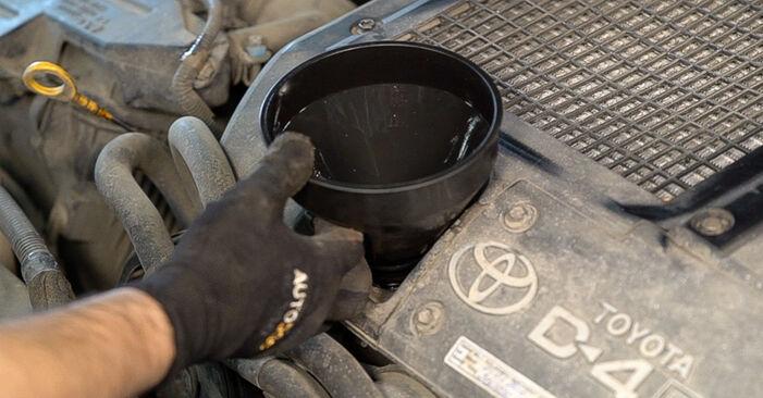 Wie Ölfilter TOYOTA LAND CRUISER (KDJ12_, GRJ12_) 4.0 2003 austauschen - Schrittweise Handbücher und Videoanleitungen