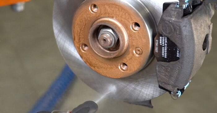Wie VW GOLF 1.6 1995 Bremsbeläge ausbauen - Einfach zu verstehende Anleitungen online