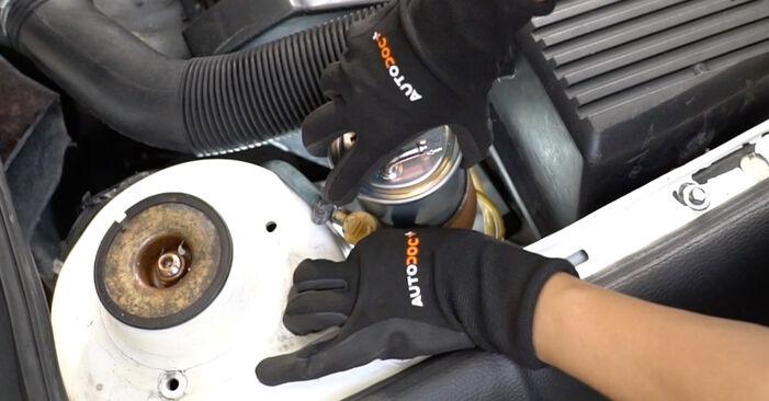 VW GOLF 2.0 Kraftstofffilter ausbauen: Anweisungen und Video-Tutorials online