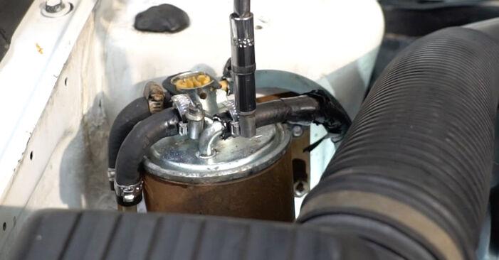 Wie VW GOLF 1.6 1995 Kraftstofffilter ausbauen - Einfach zu verstehende Anleitungen online