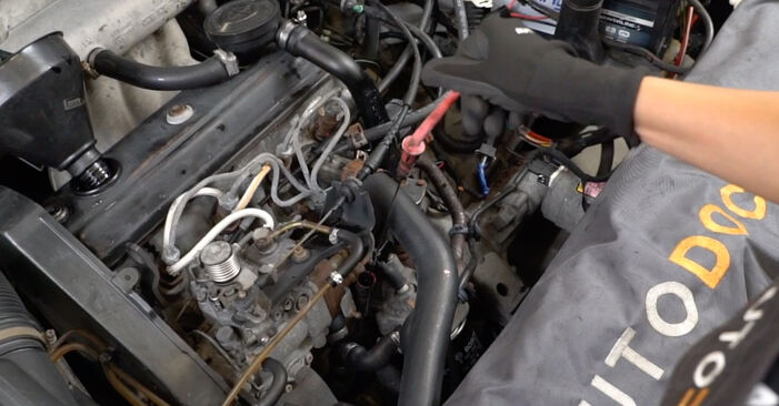 Wie VW GOLF 1.6 1995 Ölfilter ausbauen - Einfach zu verstehende Anleitungen online