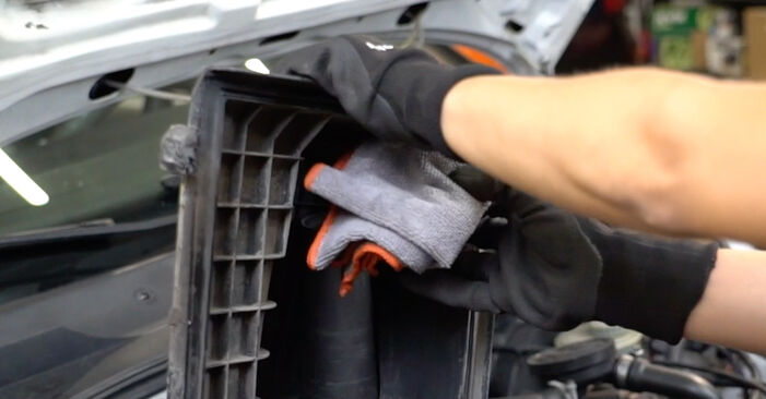 Luftfilter beim VW GOLF 1.4 1998 selber erneuern - DIY-Manual