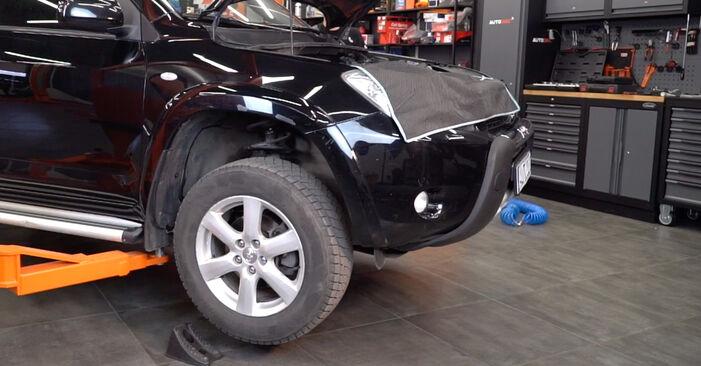 Wie schwer ist es, selbst zu reparieren: Stoßdämpfer Toyota RAV4 III 2.0 4WD 2011 Tausch - Downloaden Sie sich illustrierte Anleitungen