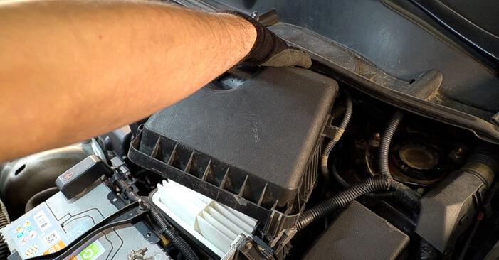 Austauschen Anleitung Luftfilter am Toyota RAV4 III 2006 2.2 D 4WD (ALA30_) selbst