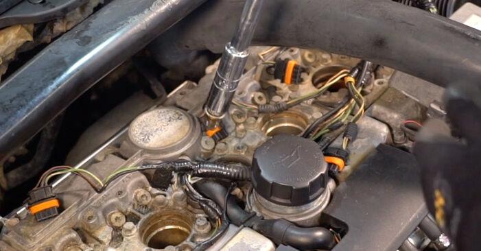 Vaiheittaiset suositukset Volvo V70 SW 2002 2.3 T5 -auton Sytytystulpat-osien tee se itse -vaihtoon